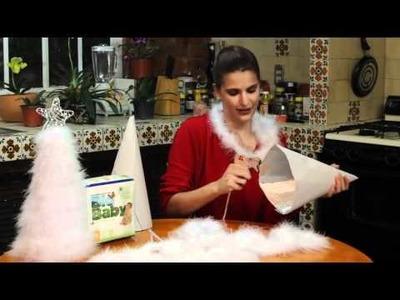 Arbol de navidad para mesa hecho con plumas