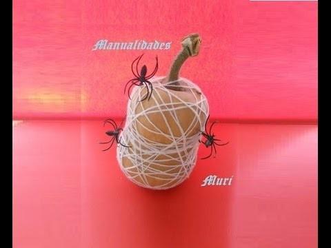 Manualidades. Decoración calabaza de Halloween con telas de arañas, muy fácil