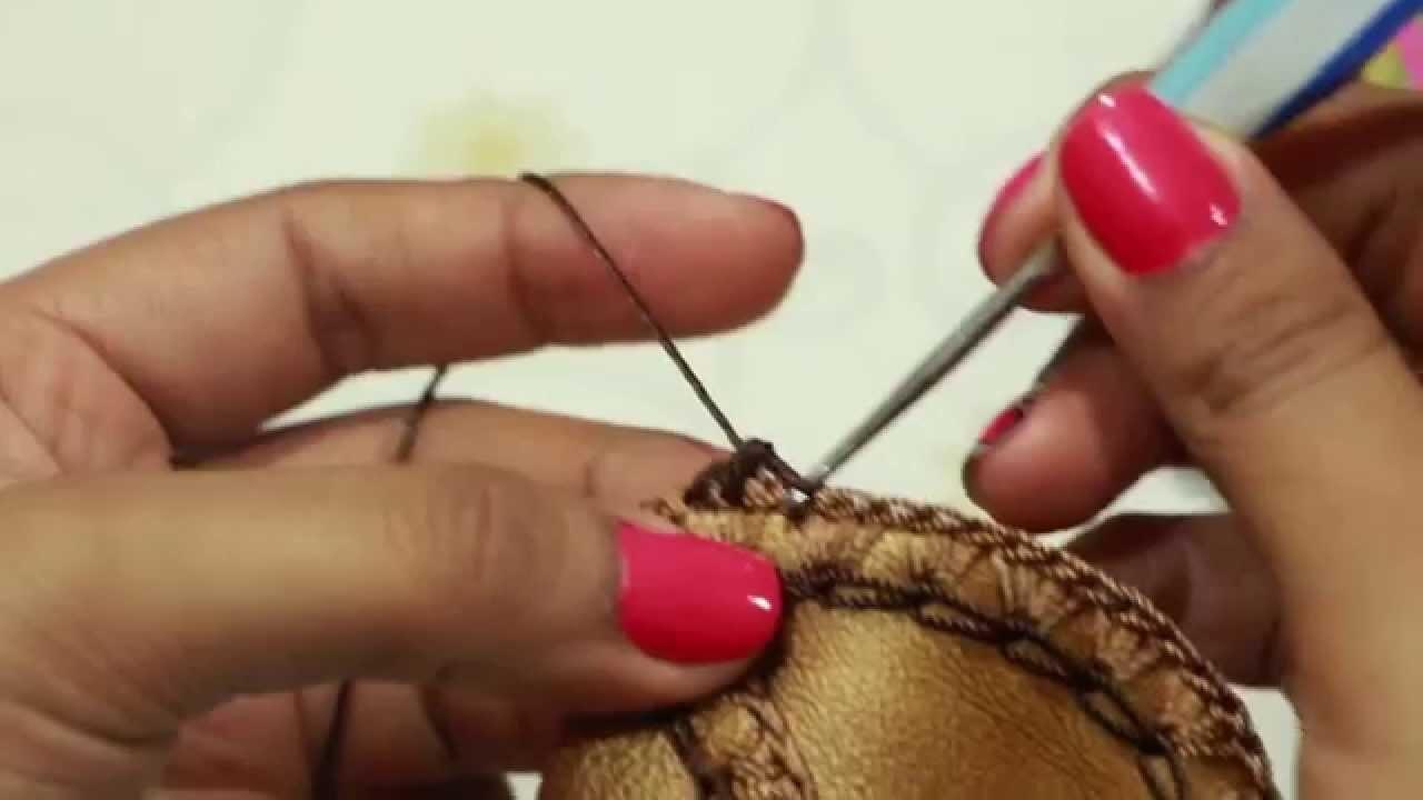 Tejido a crochet en pieza de cuero