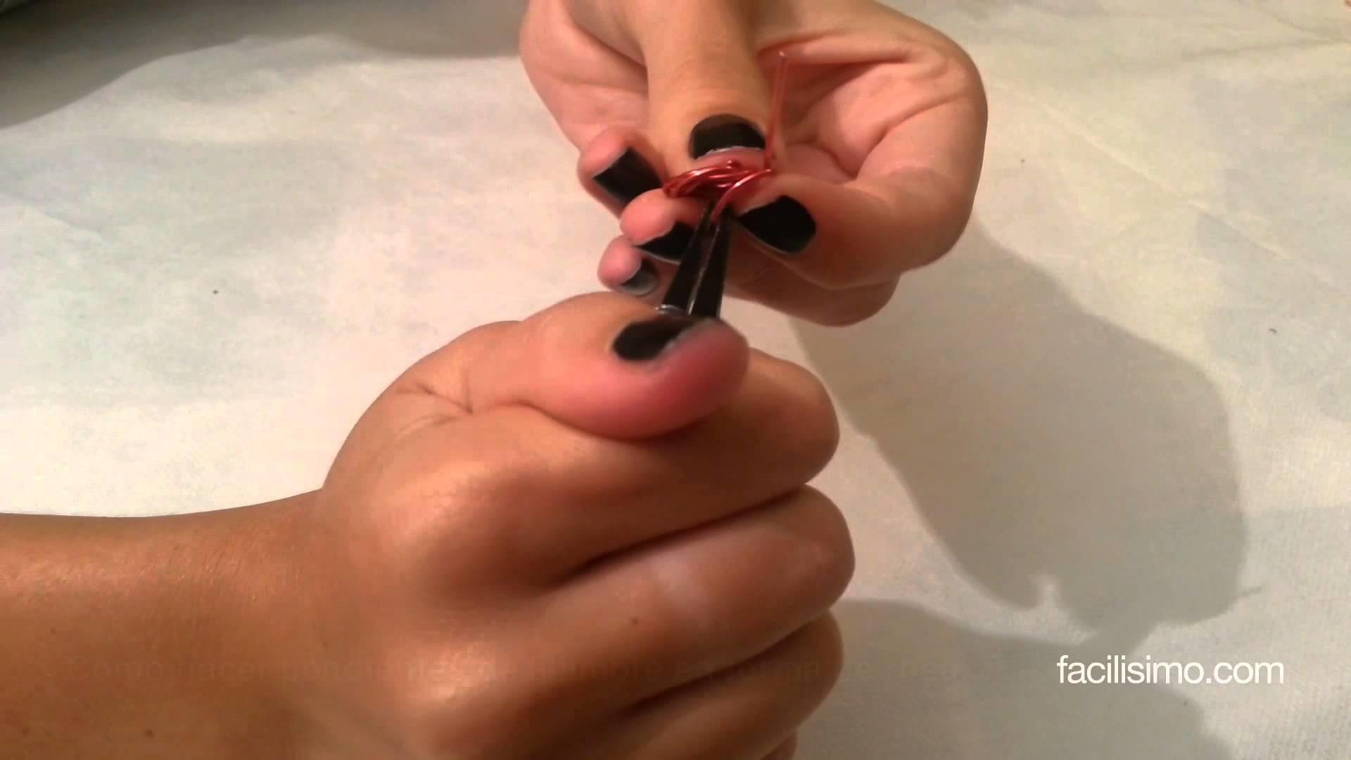 Cómo hacer pendientes de alambre en forma de rosa | facilisimo.com