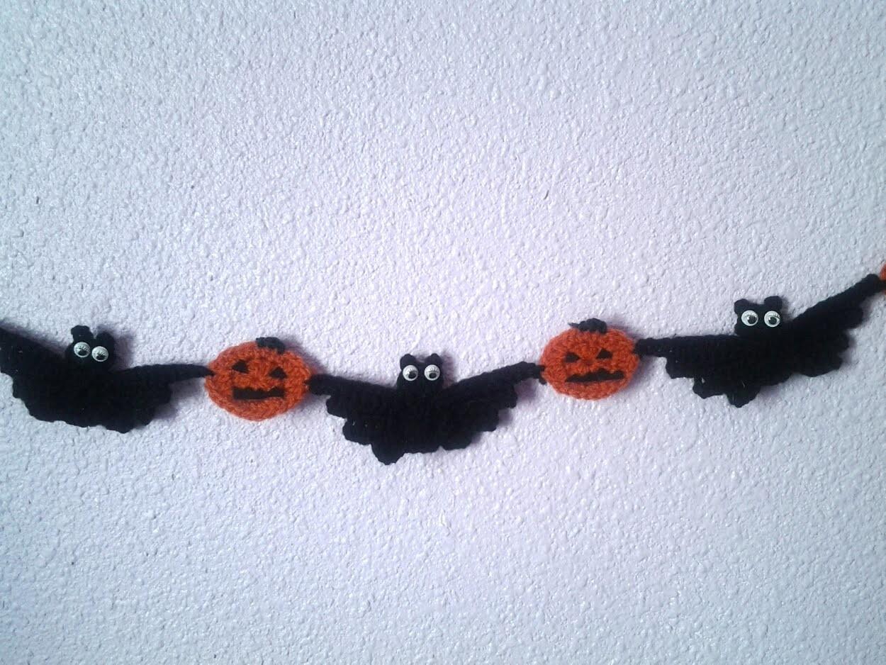 Girnalda de hallowen con calabazas y murciélagos boo! A crochet