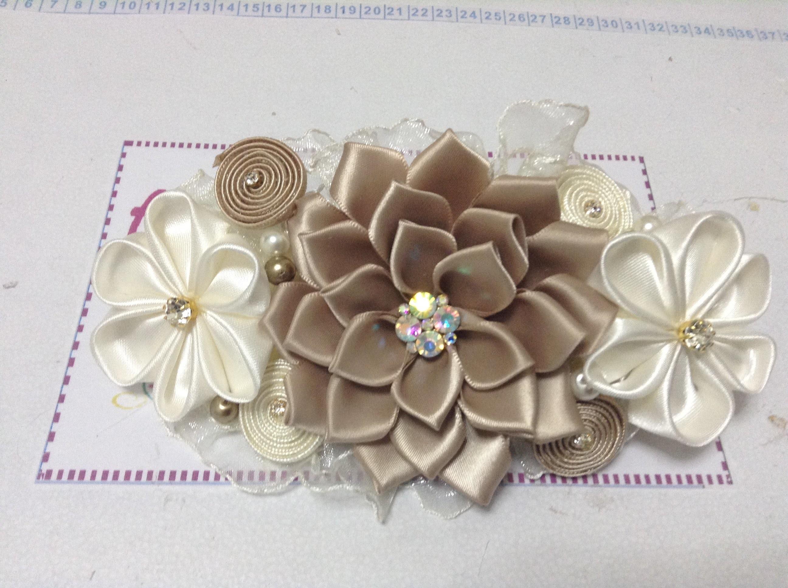 Como hacer una tiara de bautizo con flores kanzashi