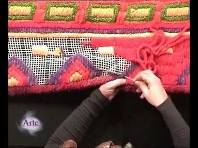 Borda un colorido pie de cama en cañamazo