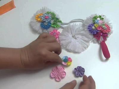 Accesorios con flores kanzashi pequeñas elaboradas con cinta o listón.
