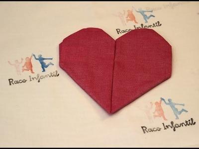Cómo doblar una servilleta con forma de corazón