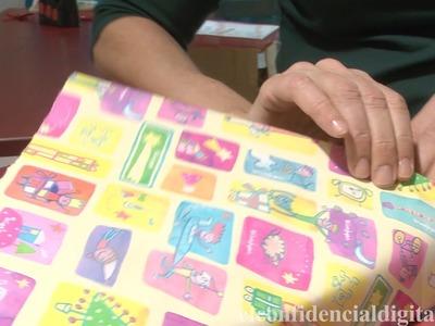 Mostramos cómo envolver un regalo de forma fácil y rápida.
