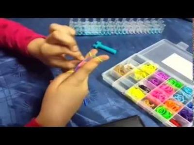 Tutorial de cómo hacer pulseras de gomitas con los dedos.