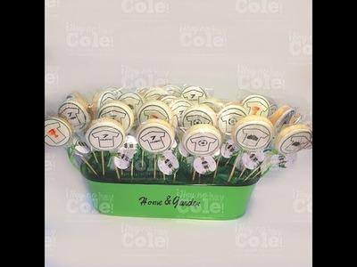 Decoración de fiestas infantiles: piruletas de galletas decoradas después de hornear.