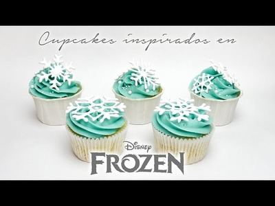 Cupcakes inspirados en Frozen con copos de nieve de royal icing