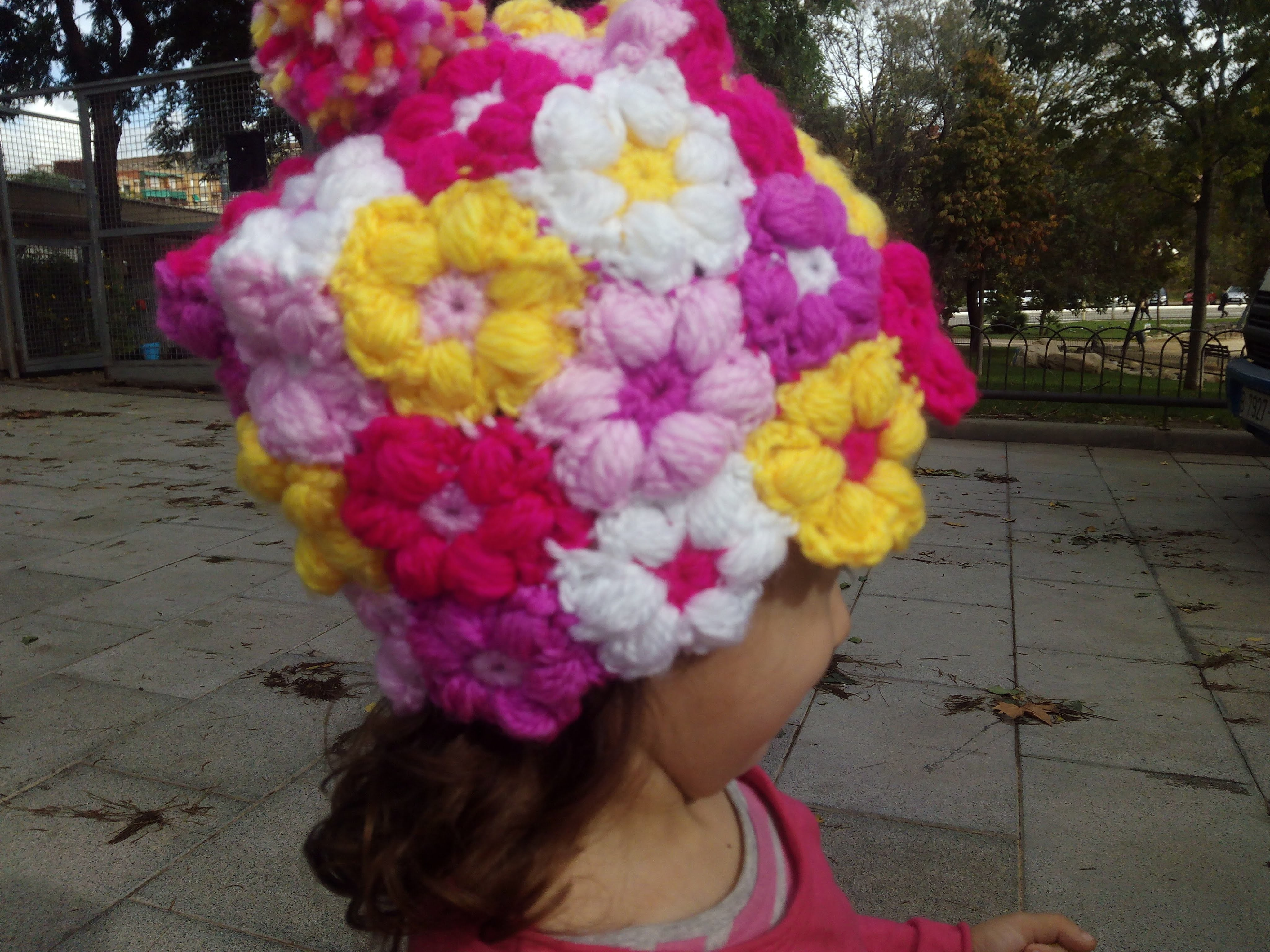 Gorro Niña a Crochet . Flor puff