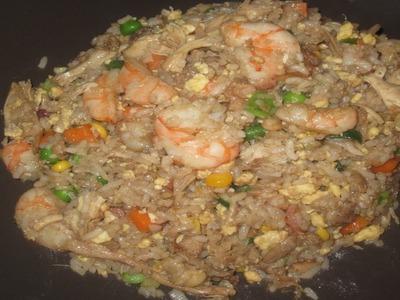 Arroz Frito chino con camarones, carne, pollo y tocino.