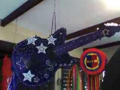 GUITARRA BARBIE -piñatas modernas