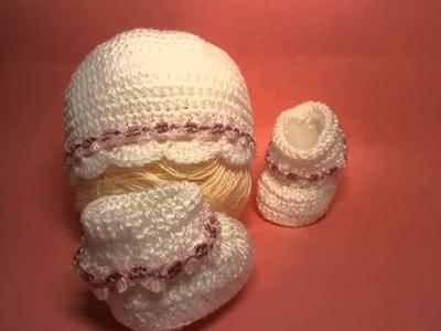 Conjunto de gorrito y botitas color blanco con detalles rosas