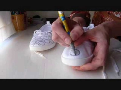 Decorar unas zapatillas con pintura textil y un dedal