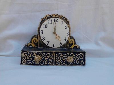 Reloj con cajones hecho de carton