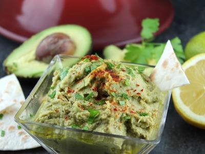 Hummus de aguacate (fusión árabe-mexicana)
