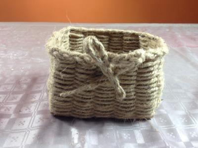 Cajita hecha con cartón y cuerda o cabuya