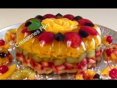 Gelatina transparente con frutas .