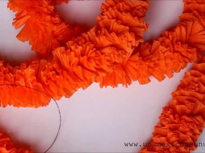 Guirnalda de flores de cempasúchil hechas con papel crepé para el Día de Muertos