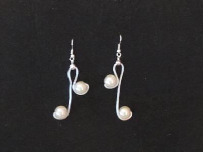 Como hacer unos pendientes de alambre de aluminio y perlas