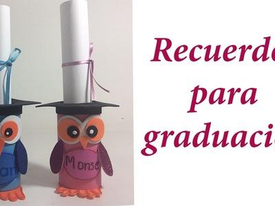 Recuerdos para graduación con rollos de papel.