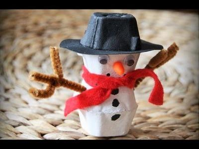 Muñeco de Navidad de carton de huevos. Artesanias de Navidad. Manualidades de desechos