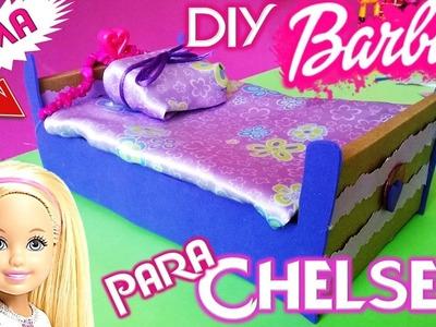 Babie DIY   Como hacer una cama para Barbie Chelsea    Manualidades para muñecas Barbie RECICLADAS
