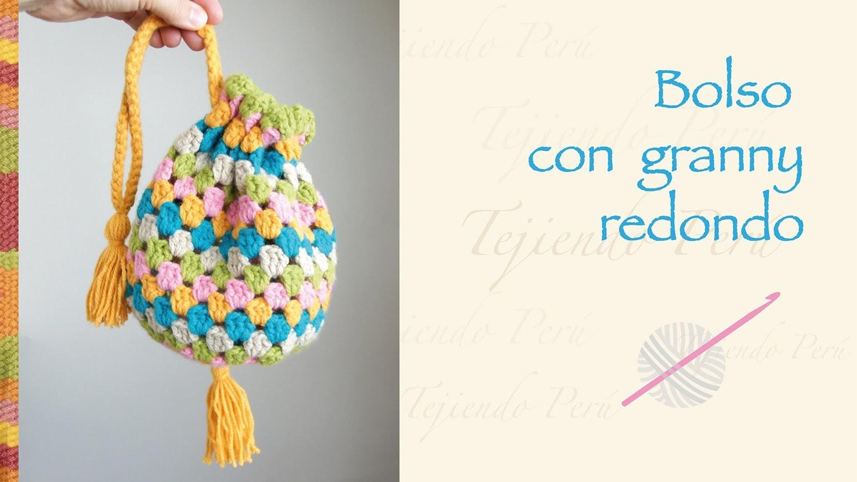 Bolso con granny redondo tejido a crochet. Crochet round granny handbag