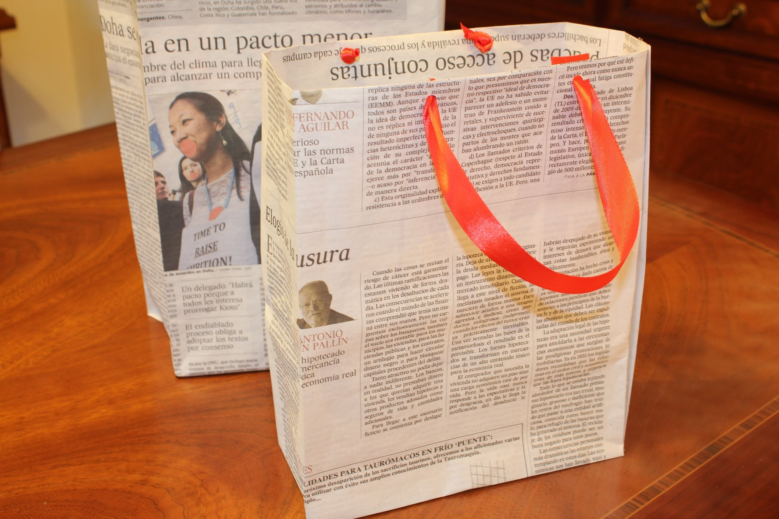 Reciclar periódicos: bolsa de regalo. diy: newspaper gift bag