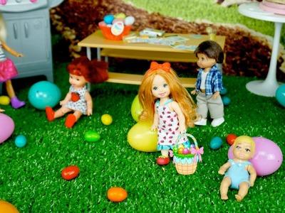 Bebes de Elsa y Anna en Busca de Huevos de Pascua en la Casa de Barbie - Juguetes de Titi