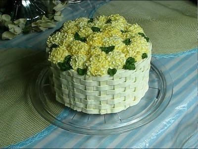 Bizcocho decorado con flores hortensia (hydrangea)