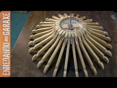 Cómo hacer una lámpara con perchas de madera