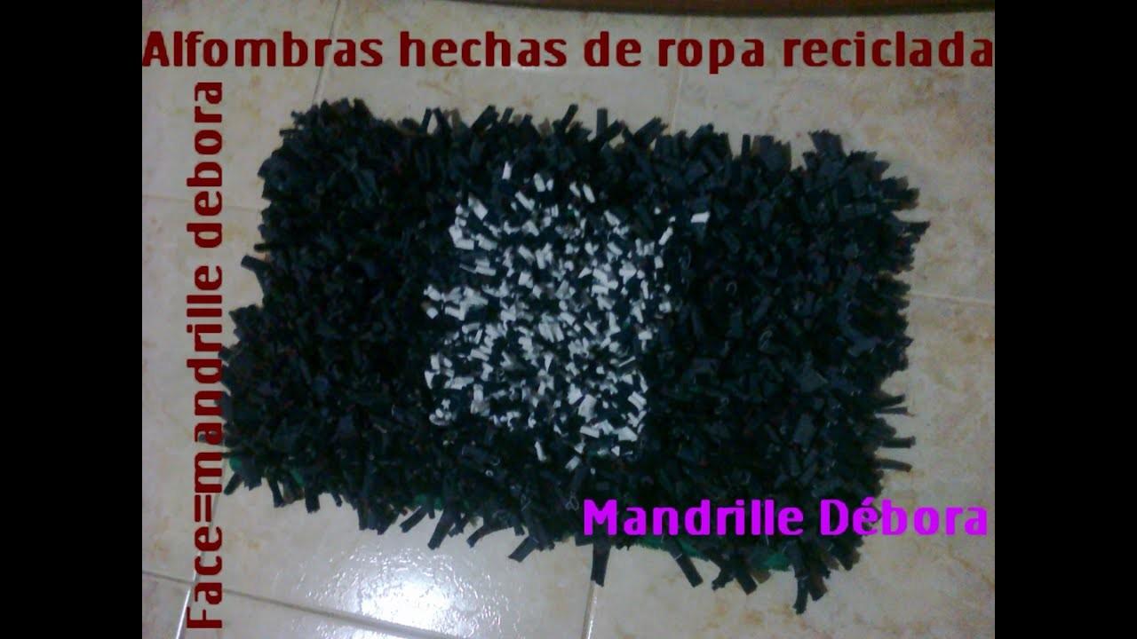 Alfombra hecha con tela de ropa reciclada.