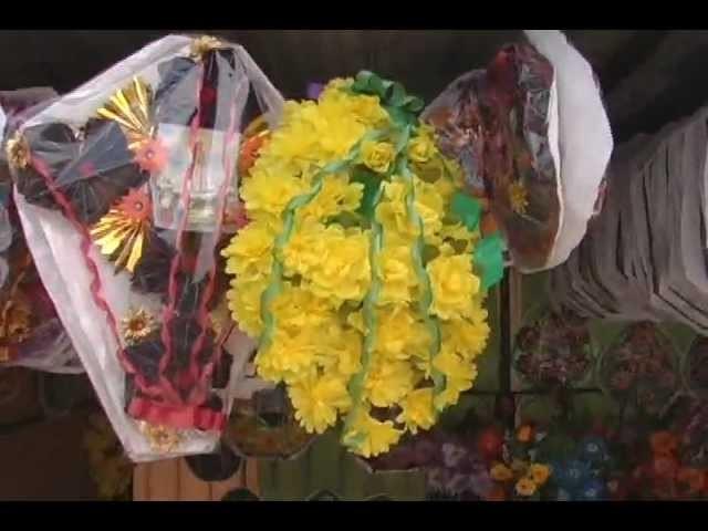"""Coronas de flores y tela por el """"Día de Todos los Santos"""""""
