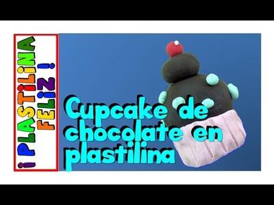 Cupcake de chocolate hecho en plastilina