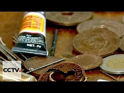 Joyero ugandés crea obras de arte a partir de monedas viejas