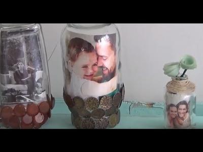 Porta-retratos hechos con botellas de vidrio.