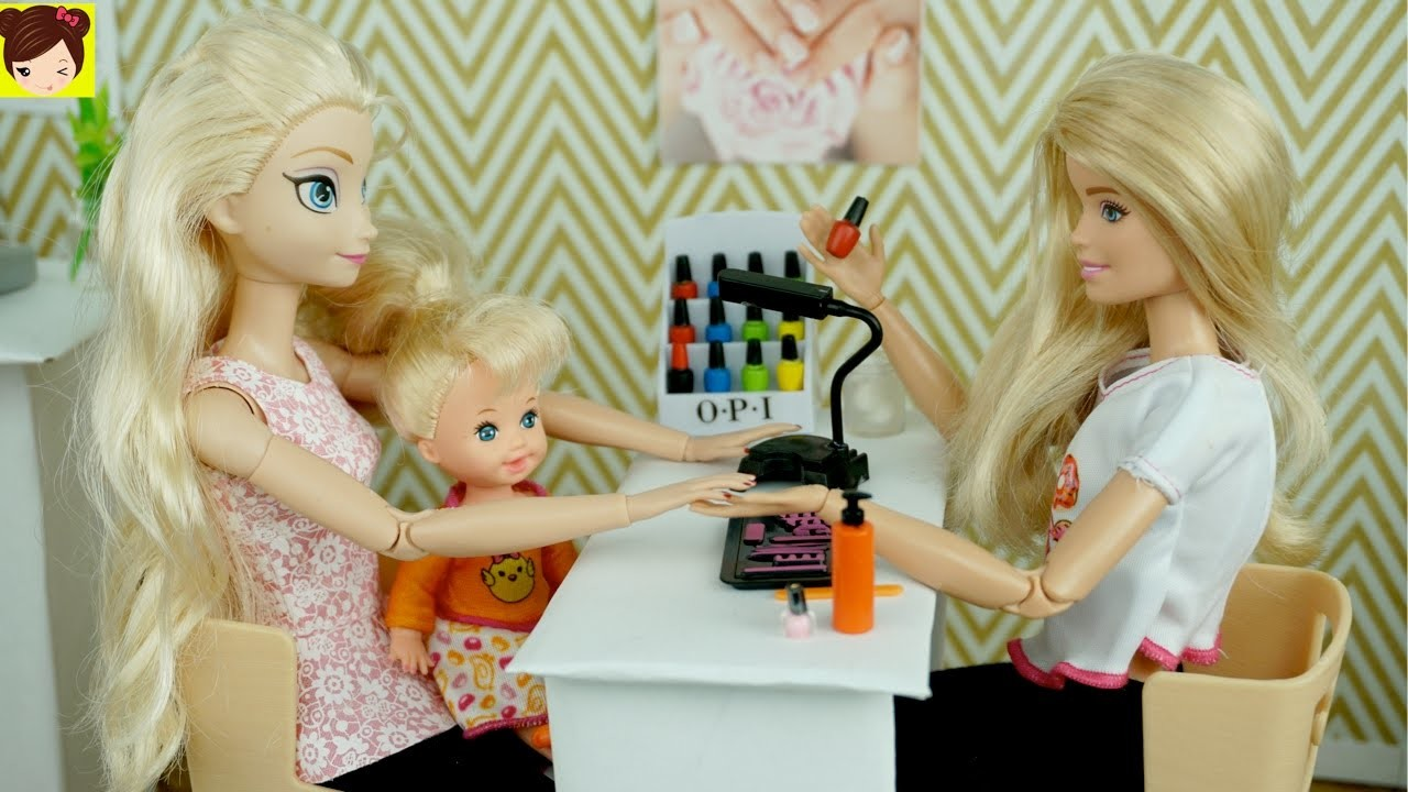 Bebes de Elsa y Anna Se Pintan Las Uñas en El Salon de Barbie + Como Pintar Uñas de Muñecas