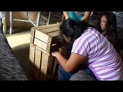 Mesas de Madera con cajas reciclables