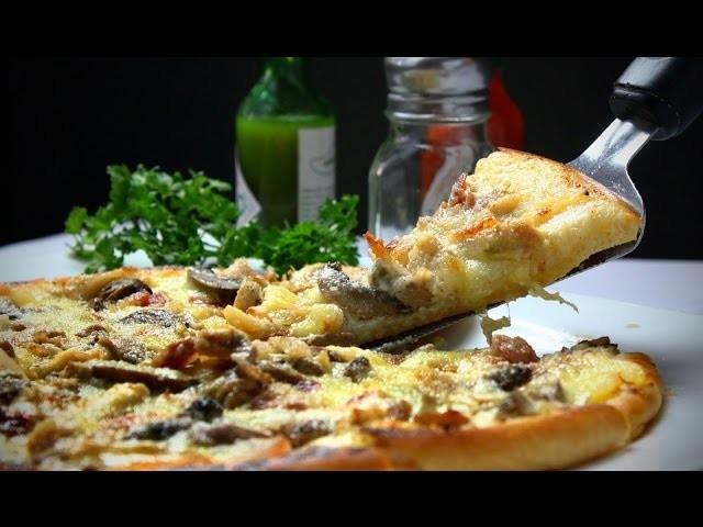 Masa de pizza al molde y fugazzeta con jamón al horno de barro