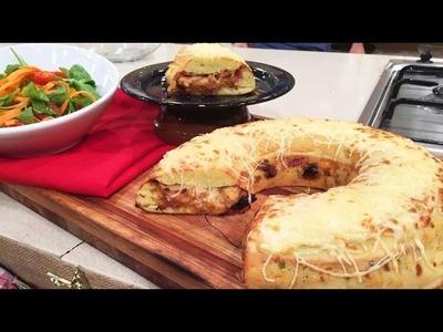 Rosca de  queso rellena con ensalada de rúcula y cherrys