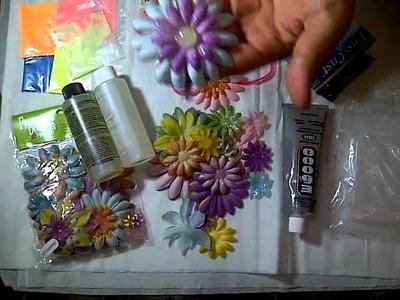 Adornando un cintillo con flores de tela y piezas de resina que brillan en la oscuridad