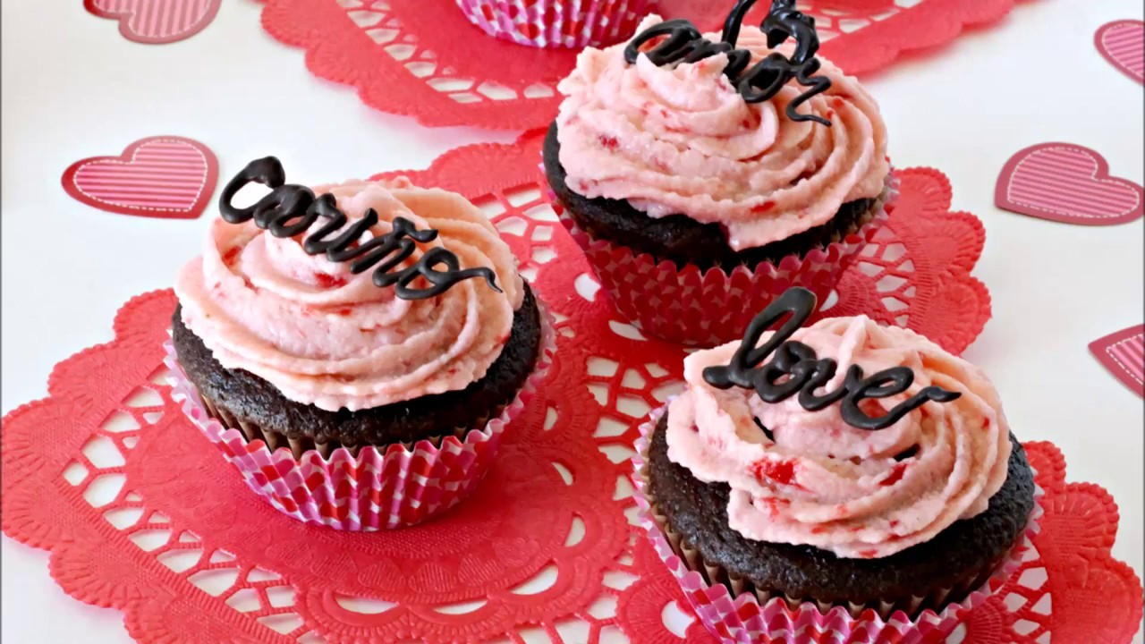 Cupcakes decorados con palabras de chocolate para el día de San Valentín