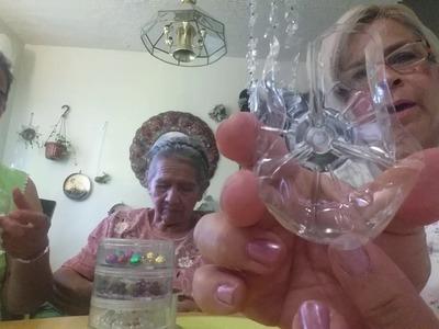 Cortina de flores echa con la base de botellas plasticas