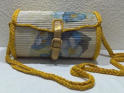 Bolso hecho con cartón y tubitos de papel periódico