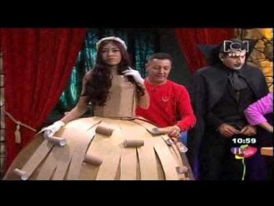 Disfraces con materiales reciclables para halloween Dama de época con cartón