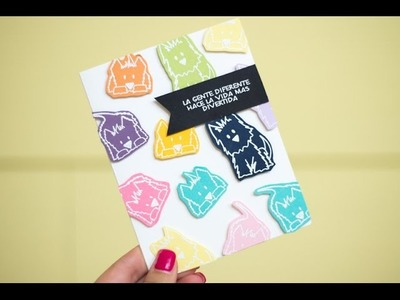 Tarjeta con sobrantes de papel de colores y embossing blanco
