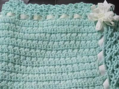 Cobija para bebé tejida a crochet decorada con perlas