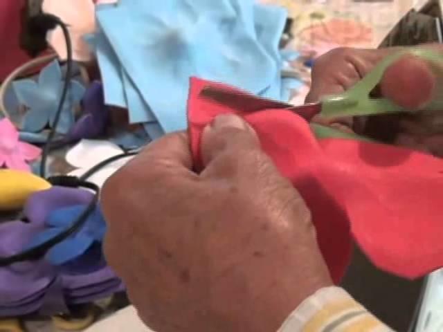 Juanita elabora coronas de foamy para el Día de Muertos