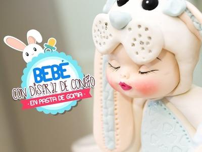 Bebe Disfrazado de Conejo con pasta de goma